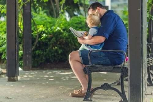 ドーマンメソッド:父親と本を読む幼児