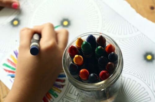 子供が絵を描くこと
