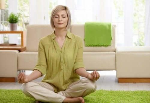 瞑想をする女性 脳を強くする