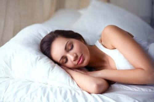 ベッドで休む女性