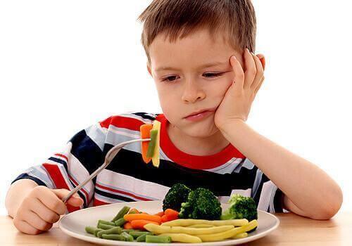 野菜を食べたがらない子供