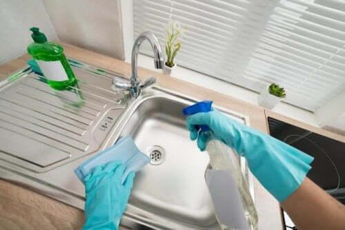 シンクをきれいにして消毒する6 つの方法