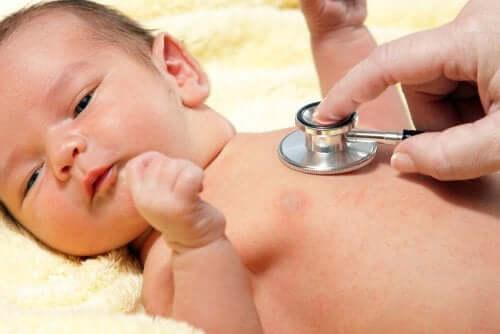 聴診器と赤ちゃん