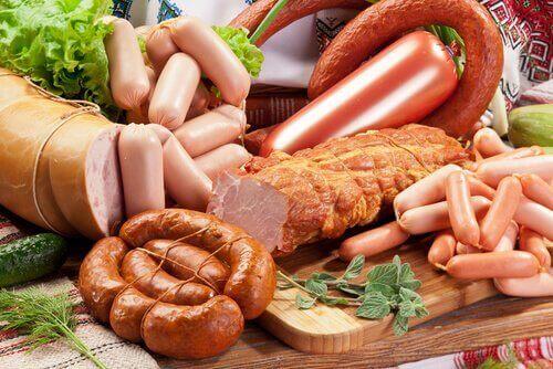 健康な食生活の敵:食べてはいけない8つの有害な食品 加工肉