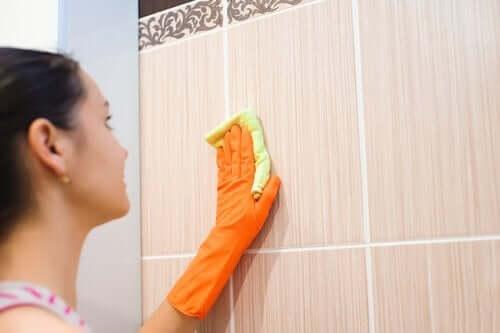 壁の汚れを取り除く タイル