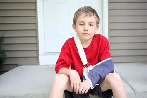 手を怪我した子供 ギプスとスプリント