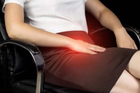 スポーツヘルニア:原因、症状、治療法 痛みを感じる女性