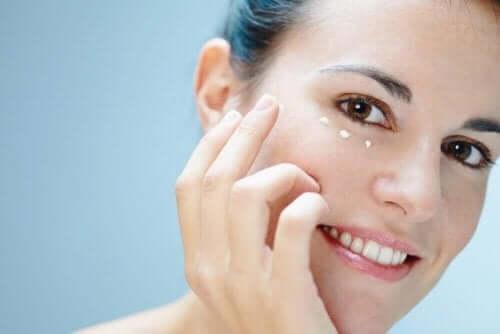 目の周りの皮膚のお手入れ 6つの方法