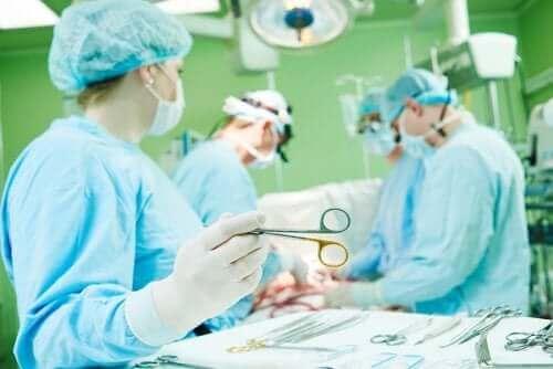 胸骨正中切開の合併症と回復について