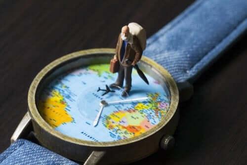 時計と世界地図 ハネムーンの行き先