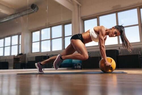 運動をするときに乳酸が果たす役割 激しい運動をする女性