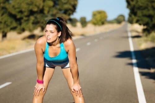 運動をするときに乳酸が果たす役割 休憩中の女性