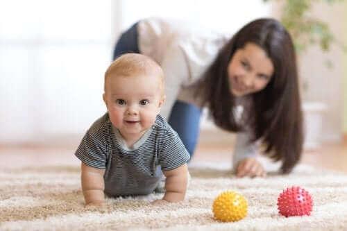 赤ちゃんにハイハイを促すための方法