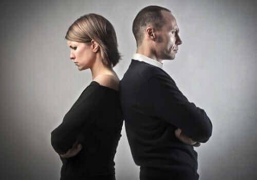 結婚生活が破綻しているかを見極める方法 背を向けるカップル