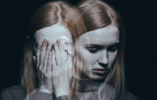 被虐待女性症候群:助けを求める方法 悲しむ女性