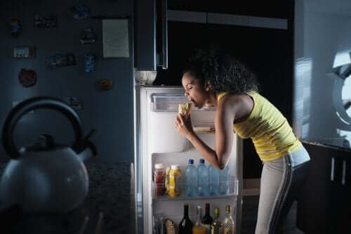 夜のドカ食い:夜食症候群とは何ですか?