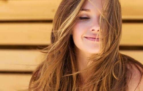 抜け毛予防:健康な頭皮のための5つのヒント 微笑む女性