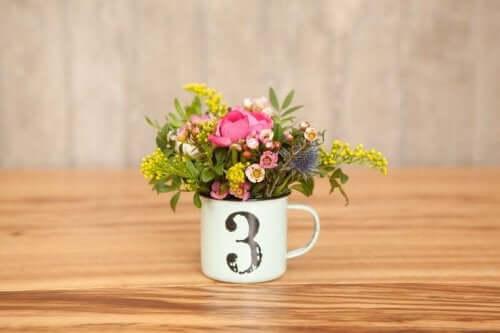 テーブルのセンターピース:安価なDIYアイディア コーヒーカップ