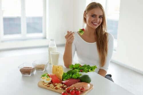抜け毛予防:健康な頭皮のための5つのヒント サラダを食べる女性