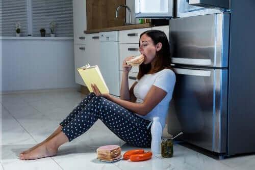 夜のドカ食い:夜食症候群とは何ですか? 過食