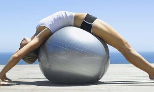 妊娠中に行うマタニティーピラティスの効果について バランスボール