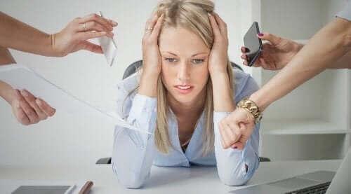 ストレスにさらされている女性