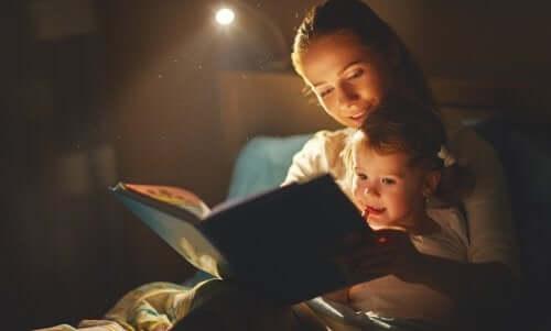子供と本を読む母親