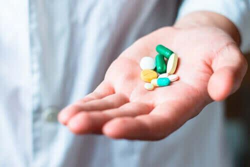 薬を持つ医師の手