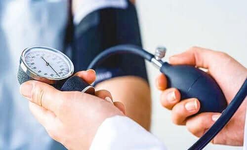 血圧を測定する人