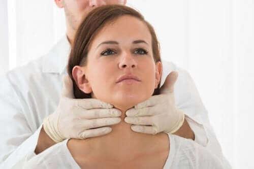 甲状腺を調べる医師