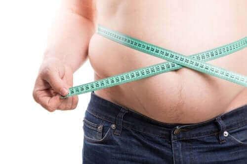 お腹周りを測る男性