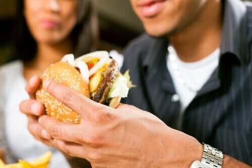 間違った食べ方をしていませんか?正しい食生活のススメ ハンバーガーを食べる人