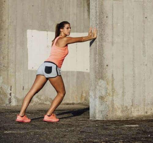 変形性膝関節症に役立つ3つのエクササイズ ふくらはぎのストレッチ