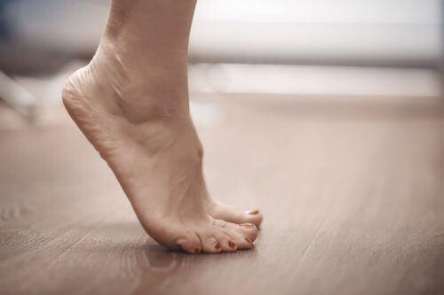 爪先立ち 腰痛を改善する