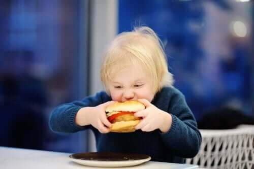 世界中で大問題となっている小児肥満について ハンバーガーを食べる子供