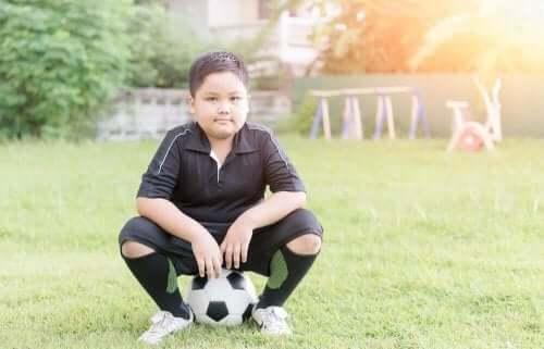 世界中で大問題となっている小児肥満について サッカーをする子供