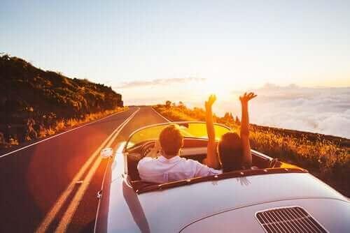 幸せに関する考察:幸せってユートピアなの? ドライブをするカップル
