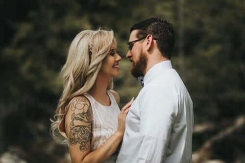 サピオセクシュアリティ:知的な人の魅力 笑顔のカップル