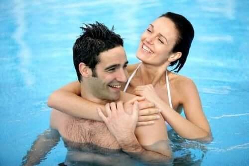 夏になると性的欲求が高まる理由とは? プールで泳ぐカップル