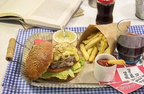 ダイエットソーダを飲むと体重が増えるってホント? ハンバーガーとポテト