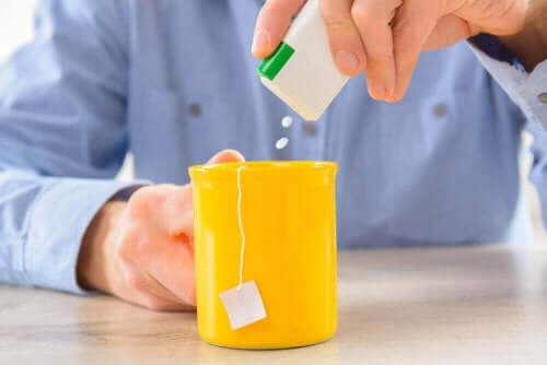 ダイエットソーダを飲むと体重が増えるってホント? お茶に人工甘味料を入れる男性