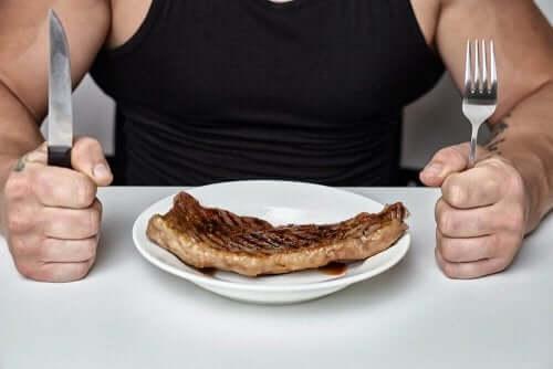 健康を危険にさらさないダイエット方法 ステーキを食べる男性