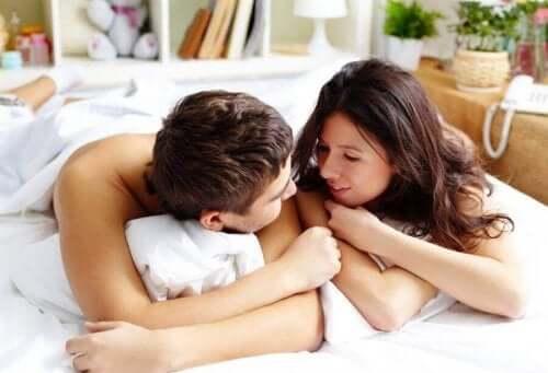 夏になると性的欲求が高まる理由とは? ベッドで裸のカップル