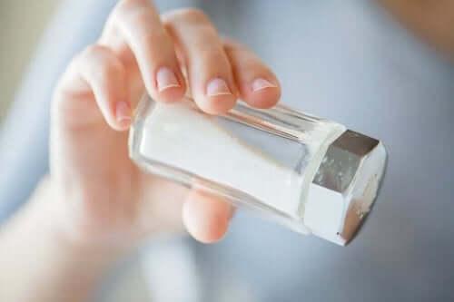 砂糖と塩:健康に有害なのはどちらの過剰摂取? 塩