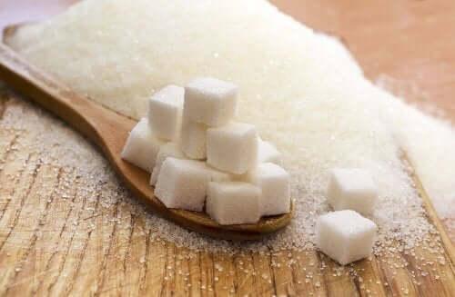 砂糖と塩:健康に有害なのはどちらの過剰摂取? 角砂糖