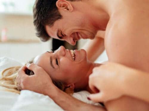 ベッドの中の男性と女性