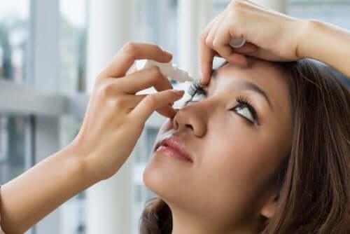 ブリモニジン点眼薬の使用法と副作用 薬を使う女性