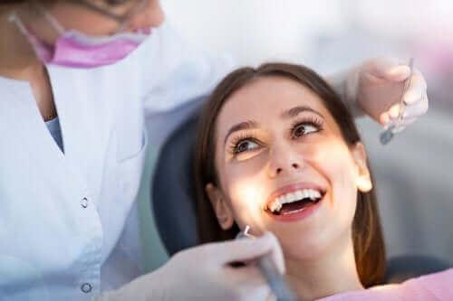 透明の歯科矯正装置:クリアアライナーについて 治療中の女性