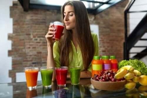 食事計画に役立つグリセミック指数の活用法 ジュースを飲む