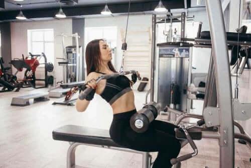 腰痛に効果的!科学的根拠に基づいた3つのエクササイズ 筋トレをする女性